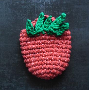 Wykonana na szydełku torebka w kształcie truskawki.